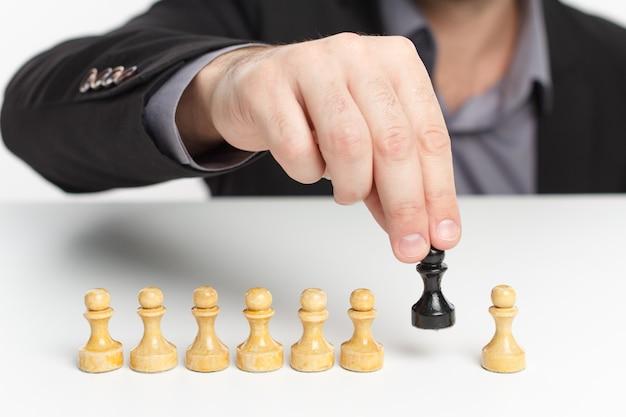 Concorrenza aziendale e concetto di piano strategico. scacchiera.