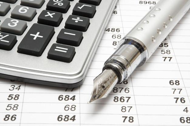 Concetto, calcolatrice e penna di affari