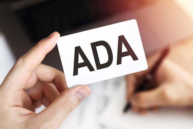 Concetto di affari. scheda con lettere ada - americans with disabilities act.