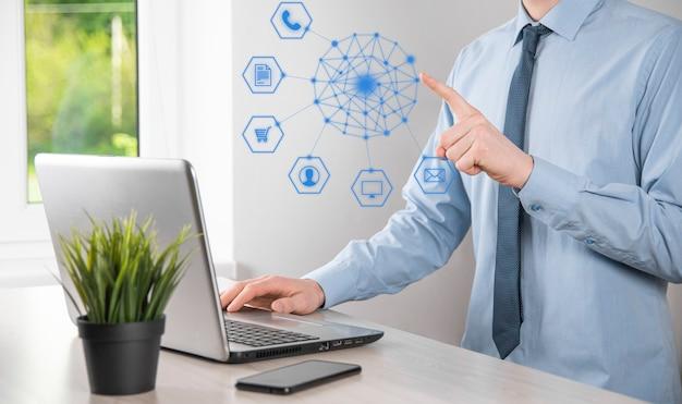 Concetto di business primo piano dell'uomo che utilizza lo smartphone mobile e l'icona infografica della tecnologia della comunità digitale. concetto di alta tecnologia e big data. immagine tonica