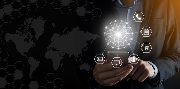 Il concetto di business close up dell'uomo utilizzando mobile smart phone e una infografica icona della comunità tecnologica digitale.concetto di hi tech e big data. immagine tonica.