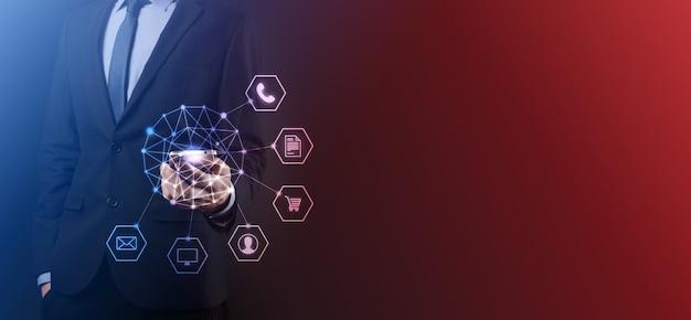 Il concetto di business close up dell'uomo utilizzando il cellulare smart phone e una infografica icona della tecnologia della comunità digitale.concetto di hi tech e big data. immagine tonica.