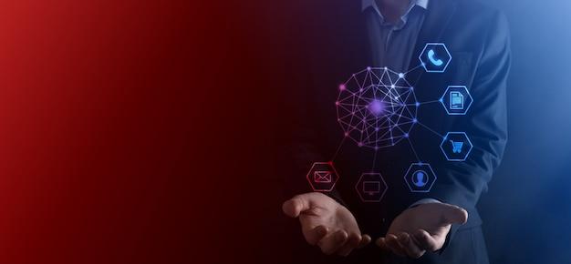 Concetto di business primo piano dell'uomo che utilizza lo smartphone mobile e l'icona infografica della tecnologia della comunità digitale. concetto di alta tecnologia e big data. immagine tonica.
