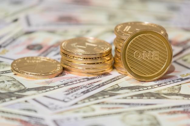 Concetto di affari di criptovaluta. moneta bitcoin dorata su dollari americani da vicino.
