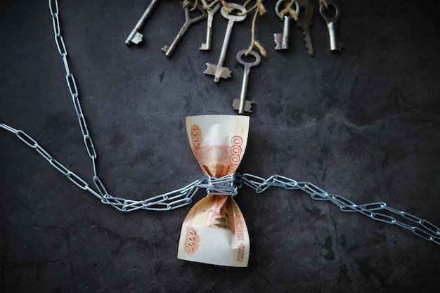 Concetto di affari. il deprezzamento della moneta nazionale. fattura con la scritta