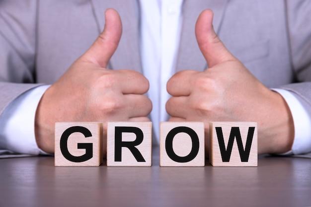 Il concetto di business crescita testo scritto su cubi di legno
