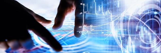 Concetto di affari. informatica ed elaborazione dati. consegna lo schermo con i dati grafici. un moderno prodotto software nel mondo degli affari.