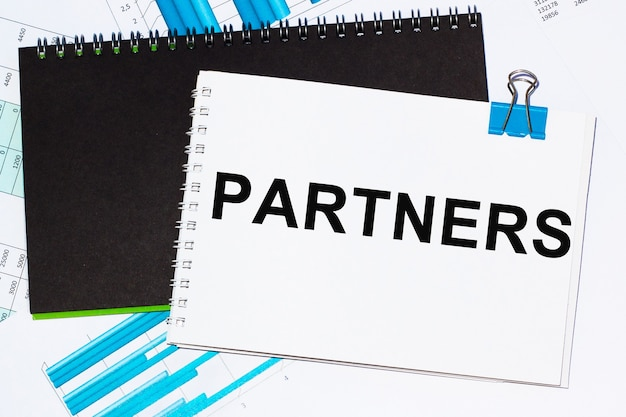 Concetto di affari. elenco con foglio di testo partner di carta per appunti