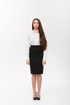 Business concetto moderno caucasica donna d'affari nel muro bianco con copia spazio