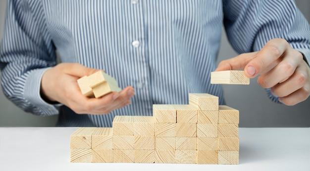 Concetto di affari. recupero e crescita del business. l'uomo d'affari cancella le scale. copia spazio.