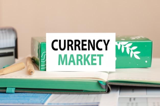 Foglio di concetto di affari di carta bianca per note con mercato valutario di testo