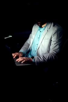 Il concetto di business lavorando su laptop imprenditore di successo lavora fino a tardi navigare in internet online.