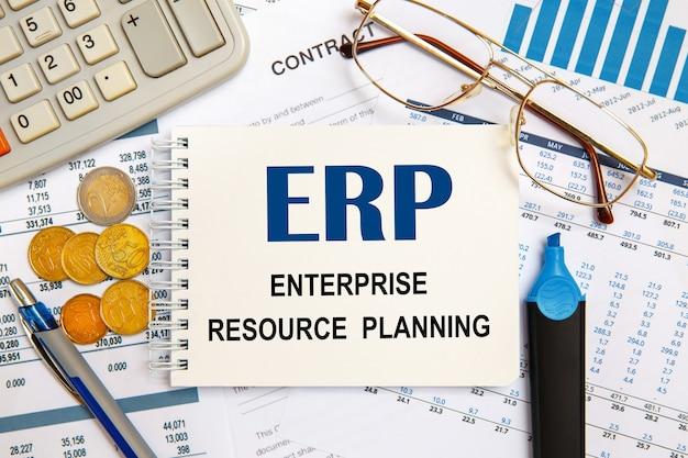 Concetto di affari. scrivania e notebook dell'area di lavoro con iscrizione erp enterprise resource planning