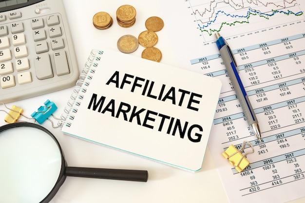 Concetto di affari scrivania e taccuino di wworkspace con iscrizione di marketing di affiliazione