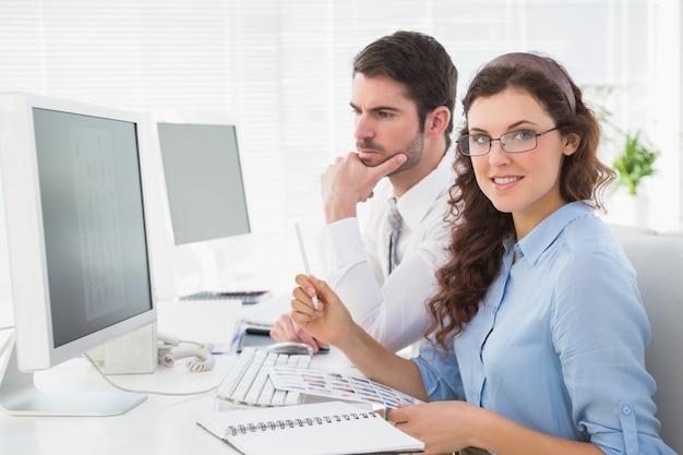 Colleghe di affari che brainstorming insieme allo scrittorio