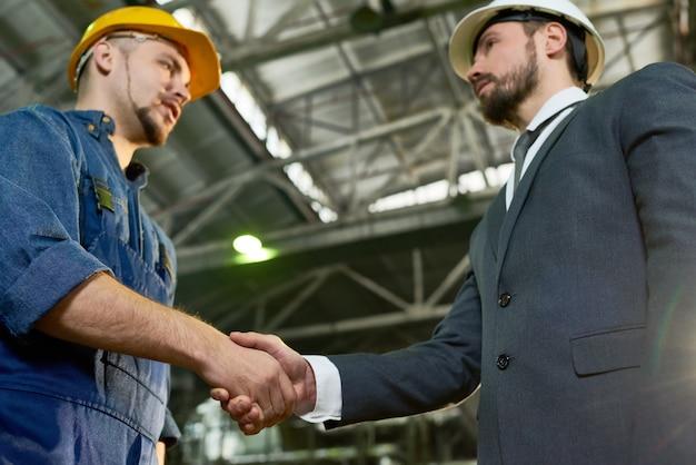Accordo commerciale presso lo stabilimento moderno