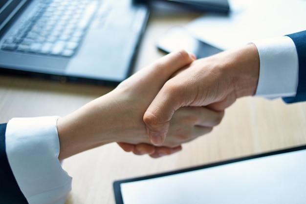 Affare d'affari che stringe la mano ai professionisti del lavoro
