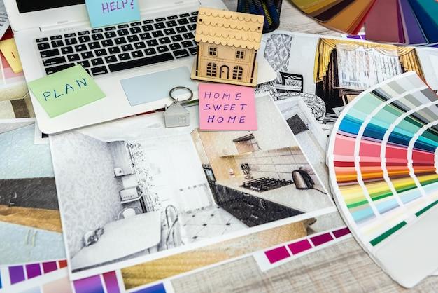 Scrivania da lavoro presso l'architetto e il computer portatile del lavoro di schizzo dell'illustrazione interna. concetto di ristrutturazione, riparazione o decorazione della casa
