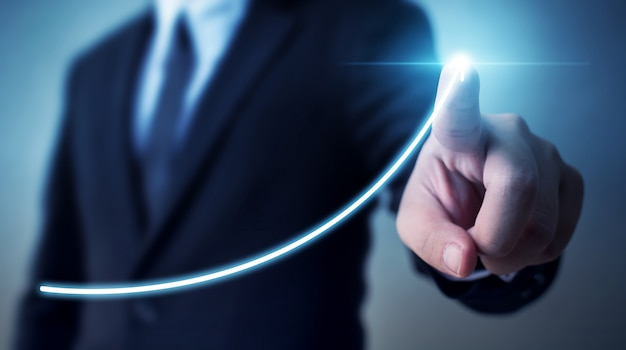 Sviluppo del business verso il successo e crescente concetto di crescita del reddito annuale, uomo d'affari che indica il piano di crescita futuro aziendale grafico freccia