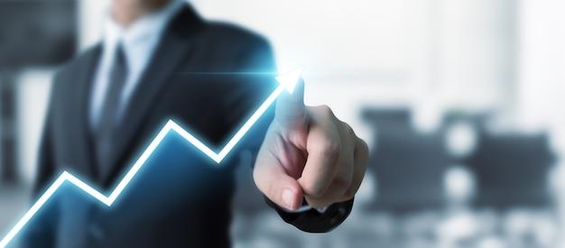 Sviluppo del business verso il successo e la crescita crescente, uomo d'affari che indica il piano di crescita aziendale futuro grafico freccia