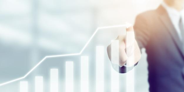 Sviluppo aziendale verso il successo e concetto di crescita crescente, uomo d'affari che indica il piano di crescita futura aziendale del grafico a freccia