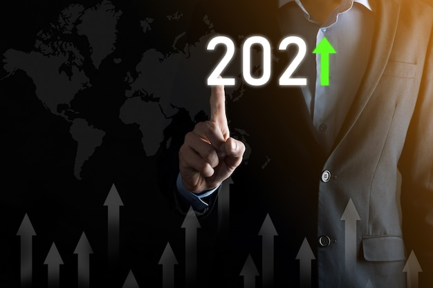 Sviluppo del business verso il successo e crescita del concetto dell'anno 2021. pianificare il grafico della crescita aziendale nel concetto dell'anno 2021. piano dell'uomo d'affari e aumento degli indicatori positivi nella sua attività.