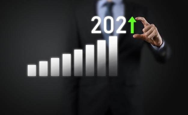 Sviluppo del business verso il successo e crescita del concetto dell'anno 2021. pianificare il grafico della crescita aziendale nel concetto dell'anno 2021. piano dell'uomo d'affari e aumento degli indicatori positivi nella sua attività