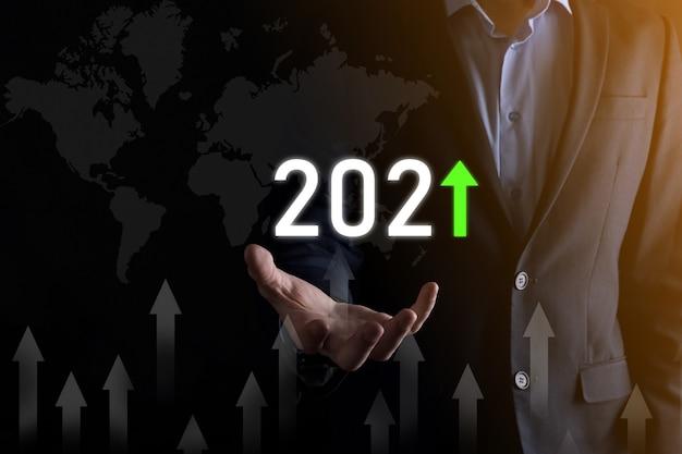 Sviluppo del business per il successo e la crescita del concetto per l'anno 2021.pianificare il grafico della crescita del business nel concetto per l'anno 2021.piano da uomo d'affari e aumento degli indicatori positivi nella sua attività.