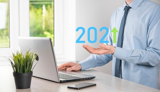 Sviluppo del business verso il successo e crescita del concetto anno 2021. pianificare il grafico di crescita aziendale nel concetto 2021. uomo d'affari e aumento degli indicatori positivi nella sua attività.