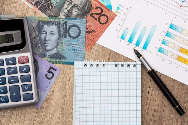 Diagramma aziendale con dollaro australiano, calcolatrice e blocco note