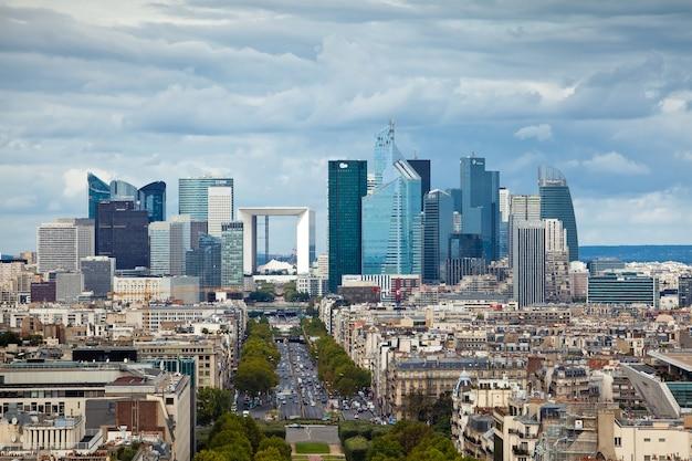 Il quartiere degli affari la defense a parigi, francia