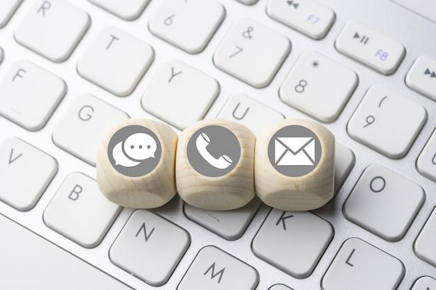 Icona di business & e-commerce sul pulsante della tastiera del computer