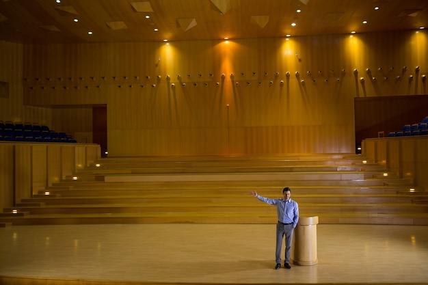 Dirigente aziendale che tiene un discorso al centro congressi