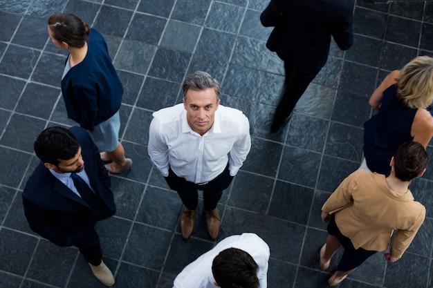 Dirigente aziendale con i colleghi al centro conferenze