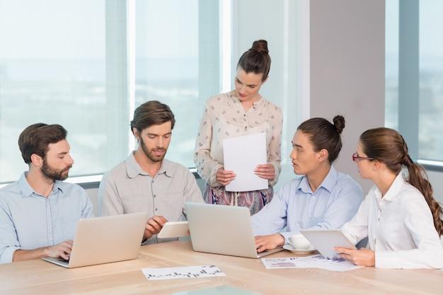 Dirigenti aziendali che discutono tra loro in sala conferenze