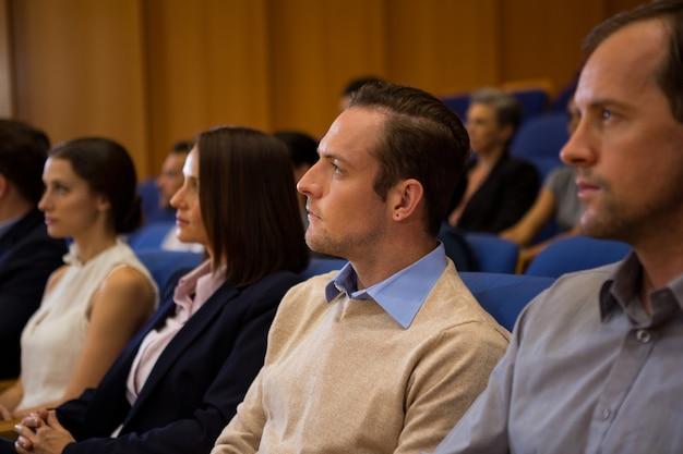 Dirigenti aziendali che ascoltano il discorso al centro congressi