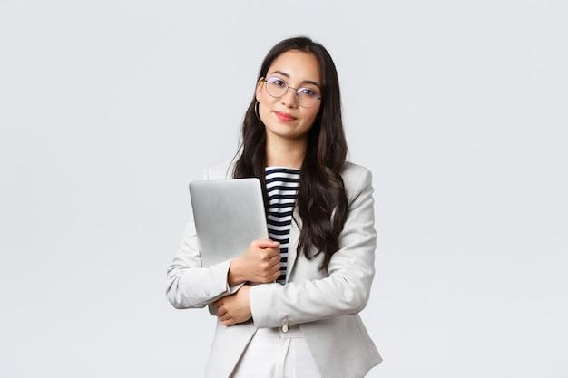 Affari, finanza e occupazione, concetto di imprenditrici di successo femminile. giovane donna di affari asiatica, impiegato di banca in vetri che tengono computer portatile