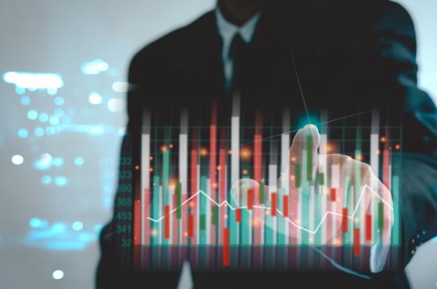 Finanza aziendale e grafico e crescita del mercato azionario di investimento. uomo d'affari che mostra uno stock di ologrammi virtuali in crescita