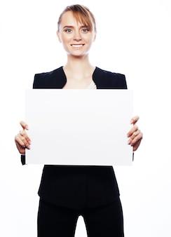 Concetto di affari, finanza e persone: giovane donna sorridente felice di affari che mostra l'insegna in bianco, sopra fondo bianco