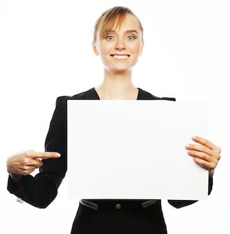 Concetto di affari, finanza e persone: giovane donna d'affari sorridente felice che mostra cartello bianco, su sfondo bianco white