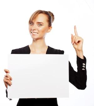 Concetto di affari, finanza e persone: giovane donna d'affari sorridente felice che mostra cartello bianco, su sfondo bianco