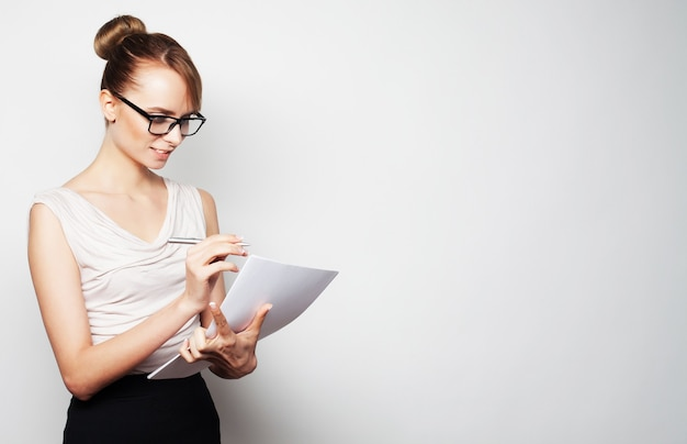 Concetto di affari, finanza e persone. giovane donna d'affari tenere pagine di carta.