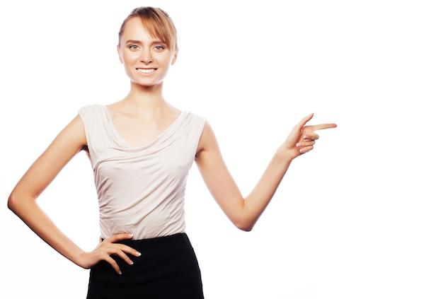 Concetto di affari, finanza e persone: la giovane donna di affari mostra le dita. studio girato isolato su bianco.