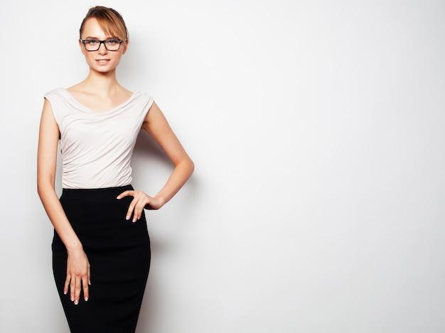 Concetto di affari, finanza e persone. giovane donna d'affari con gli occhiali su grigio