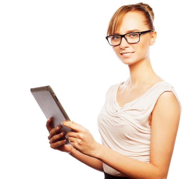 Concetto di affari, finanza e persone: giovane donna d'affari con gli occhiali che lavora su tablet