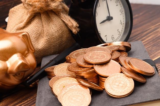 Finanza aziendale e risparmio di investimenti di denaro, pila di monete di denaro