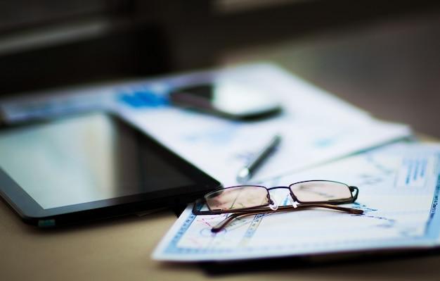 Attività di analisi finanziaria del luogo di lavoro.documenti