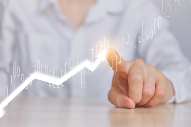 Concetto di crescita finanziaria aziendale con grafici e icone freccia.