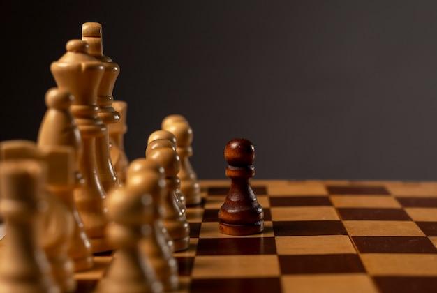 Concetto di strategia finanziaria aziendale. uomo d'affari che fa soluzione e pezzo degli scacchi in movimento al campo avversario.