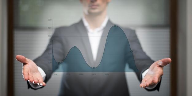 Grafico commerciale in ologramma guardato dall'uomo